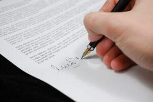 Carta de renuncia enviada mediante cartero [ejemplos]